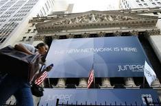 <p>Un cartellone pubblicitario di Juniper Networks sulla facciata di Wall Street. REUTERS/Brendan McDermid</p>