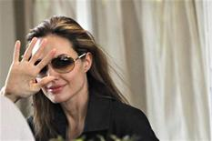 <p>La actriz estadounidense Angelina Jolie saluda desde una base en Puerto Príncipe, feb 9 2010. REUTERS/Kena Betancur (HAITI)</p>