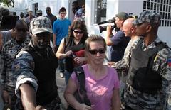 <p>Американские миссионеры, обвиняемые в похищении гаитянских детей и попытке вывезти их из страны, покидают службу судебных приставов в Порт-о-Пренс, 10 февраля 2010 года. Суд Гаити решил освободить 10 миссионеров из США, обвиняемых в похищении детей и попытке вывезти их из страны, сообщил источник в юридических кругах в среду. REUTERS/St Felix Evens</p>