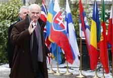 <p>Греческий премьер-министр Георгиос Папандреу прибыл на саммит глав ЕС в Брюссель 11 февраля 2010 года. Лидеры ЕС заложат основы плана предоставления финансовой помощи Греции на сегодняшнем саммите, однако независимо от выбранного вида поддержки от Афин потребуют дать твердое обещание привести бюджет в порядок. REUTERS/Francois Lenoir</p>