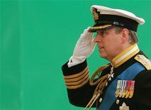 <p>Британский принц Эндрю в День памяти погибших в ходе конфликта на вокруг Фолклендских островов 17 июня 2007 года. Британская полиция намерена изучить сообщения о том, что принц Эндрю на своей машине сбил полицейского по дороге в Букингемский дворец. REUTERS/Carl De Souza/Pool</p>