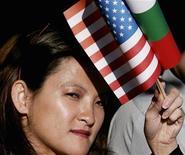 <p>Женщина держит американский и болгарский флаги во время визита Джорджа Буша в Софию 11 июня 2007 года. Вашингтон проведет с правительством Болгарии предварительные переговоры о возможности размещения на ее территории элементов системы противоракетной обороны, сообщил в пятницу премьер страны Бойко Борисов. REUTERS/Jim Young</p>