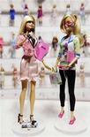 <p>Los nuevos modelos de la muñeca Barbie, presentadora de noticias (izquierda en la imagen) e ingeniera computacional durante una feria de jueguetes en Nueva York, feb 12 2010. La trabajadora Barbie está añadiendo otras dos carreras a su extenso currículo: presentadora de noticias e ingeniera computacional. REUTERS/Jeff Zelevansky</p>