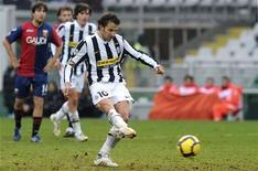 <p>Alessandro Del Piero converteu um pênalti controverso e deu à Juventus uma vitória de 3 x 2 da sobre o Genoa em casa neste domingo, levando o clube para a quinta colocação após seu segundo êxito em nove partidas da liga italiana. REUTERS/Paolo Bona (ITALY - Tags: SPORT SOCCER)</p>