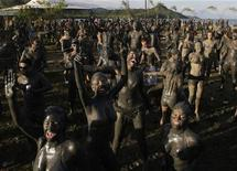 <p>Perto de uma das cidades coloniais mais tradicionais do Brasil, uma comemoração bizarra de Carnaval ocorre todos os anos: uma parada na qual as fantasias são camadas de uma lama grossa, escura e grudenta. REUTERS/Ricardo Moraes (BRAZIL - Tags: SOCIETY)</p>