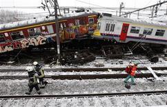<p>Спасатели работают на месте столкновения двух поездов недалеко от бельгийского города Халле 15 февраля 2010 года. Не менее 20 человек погибли при лобовом столкновении двух пригородных поездов в окрестностях Брюсселя, сообщает бельгийский телеканал VRT. REUTERS/Thierry Roge</p>
