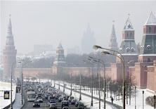 <p>Автомобили едут мимо Кремля в Москве 28 января 2010 года. Кремль разъяснил, что не намерен модернизировать экономику ценой развития конкуренции и в ущерб добыче нефти и газа, а также предостерег несогласных с вертикалью власти, что государство покарает тех, кто покусится на его нынешнее устройство. REUTERS/Denis Sinyakov</p>