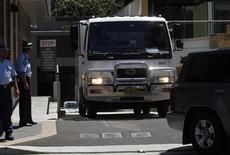 <p>Конвой покидает здание суда в Паррамате 15 февраля 2010 года. Пятеро австралийских мусульман, признанные виновными в подготовке терактов, осуждены на сроки от 23 до 28 лет в понедельник. REUTERS/Daniel Munoz</p>
