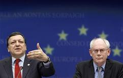 <p>Президент Еврокомиссии Жозе Мануэл Баррозу и председатель Европейского совета Херман ван Ромпей на пресс-конференции после саммита глав стран и правительств ЕС в Брюсселе 11 февраля 2010 года. Еврокомиссия в понедельник решила дождаться выхода в середине марта доклада о действиях греческого правительства по сокращению бюджетного дефицита и пообещала в случае необходимости потребовать от Греции дополнительных мер. REUTERS/Yves Herman</p>