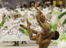 <p>Integrantes da Mocidade, escola de samba que abriu a 2a noite de desfiles na Marquês de Sapucaí. 15/02/2010 REUTERS/Sergio Moraes</p>