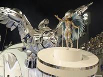 <p>Destaque da Portela desfila no carro abre-alas da escola, com a tradicional águia, na última noite de desfiles do Grupo Especial do Rio de Janeiro. REUTERS/Sergio Moraes</p>