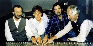 """<p>Foto de archivo sin fechar. De izquierda a derecha: Ringo Starr, Paul McCartney y George Harrison del grupo The Beatles junto al productor del grupo, Roger Martin, en los estudios """"Abbey Road"""", en Inglaterra. El estudio de grabación de Londres Abbey Road, inmortalizado por el álbum de ventas multimillonarias de los Beatles del mismo nombre, fue puesto a la venta por sus propietarios. REUTERS/Ho New</p>"""