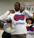 <p>Foto de archivo del cantante Wyclef Jean con una camiseta de su fundación benéfica, Yele Haití, durante una confernecia de prensa en Nueva York, ene 27 2010. Jean recibirá la próxima semana un premio humanitario de la asociación benéfica NAACP por sus esfuerzos por ayudar a las víctimas del terremoto en su Haití natal, dijo el martes la organización en favor de los derechos civiles. REUTERS/Mike Segar</p>