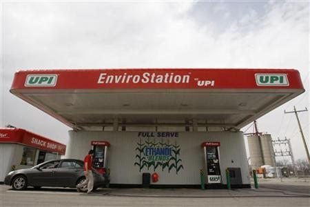 A clerk attends to a customer at a UPI energy gas station in Chatham, Ontario, in this April 11, 2008 file photo. REUTERS/Mark Blinch/Files