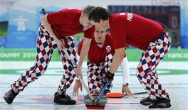 <p>Norway's skip Thomas Ulsrud watches his shot during men's curling against Canada at the Vancouver 2010 Winter Olympics, February 16, 2010. Sweeping are Haavard Vad Petersson (L) and Christoffer Svae. REUTERS/Lyle Stafford</p>