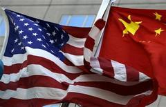 <p>Die Nationalflaggen der USA und Chinas vor einem Hotel in Peking am 4. Februar 2010. REUTERS/Jason Lee</p>