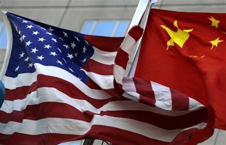 Die Nationalflaggen der USA und Chinas vor einem Hotel in Peking am 4. Februar 2010. REUTERS/Jason Lee