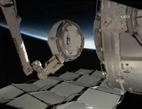 <p>Le operazioni di montaggio della cupola della ISS rivolta in posizione permanente verso la Terra, il 14 febbraio scorso, nelle immagini fornite dalla tv della Nasa. REUTERS/NASA TV</p>