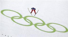 <p>Австрийский лыжник Андреас Кофлер прыгает с трамплина за Олимпийских играх в Ванкувере, 10 февраля 2010 года. Ниже представлено расписание соревнований Олимпийских Игр на среду, 17 февраля. REUTERS/Michael Dalder</p>