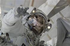 <p>Astronauta da Nasa Nicholas Patrick, especialista da missão STS-130, faz caminhada espacial para ajudar na construção e manutenção da Estação Espacial Internacional. Astronautas deixaram na terça-feira a estação espacial para darem os últimos retoques na montagem de um mirante. 14/02/2010 REUTERS/NASA/Divulgação</p>