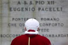 <p>Papa Benedetto XVI davanti al monumento in memoria di Pio XII, foto d'archivio. REUTERS/Alessandro Bianchi</p>
