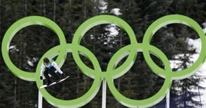 <p>Канадская сноубордистка Маэль Рикер, чемпионка Олимпийских игр в Ванкувере, прыгает с трамплина, 17 февраля 2010 года. Ниже представлена таблица общего медального зачета среди сборных-участниц Олимпийских игр в Ванкувере. REUTERS/Chris Helgren</p>