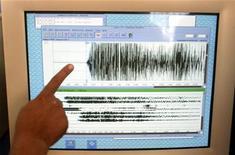 <p>Показания сейсмографа выводятся на монитор в Метеорологическом и Геофизическом агентстве в Джакарте 26 декабря 2004 года. Землетрясение мощностью в 6,7 балла по шкале Рихтера произошло в четверг на российско-китайской границе недалеко от Северной Кореи, однако эпицентр толчка находился слишком глубоко под землей, и сведений об причиненном им ущербе или жертвах пока не поступало. REUTERS/Dadang Tri</p>