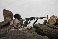 <p>Солдат из Движения за справедливость контролирует пустыню в северном Нигере 14 января 2008 года. В столице Нигера Ниамее произошла перестрелка, которую один из сотрудников разведки назвал попыткой государственного переворота. REUTERS/Phuong Tran</p>