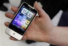 <p>El teléfono inteligente HTC en el congreso mundial de teléfonos móbiles en Barcelona. Feb 17 2010. El fabricante taiwanés de teléfonos inteligentes HTC usará en sus móviles software de Microsoft y su rival Google a largo plazo, dijo el jueves el presidente ejecutivo, Peter Chou. REUTERS/Albert Gea</p>