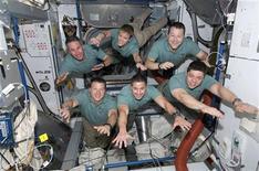 <p>L'equipaggio dello shuttle Endeavour. REUTERS/NASA Handout</p>