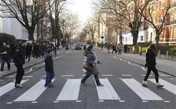 <p>Alcune persone sulle strisce pedonali fuori dagli studi di registrazione londinesi di Abbey Road, dove fu scattata la foto per la copertina di un album dei Beatles. REUTERS/Jas Lehal</p>