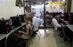 <p>Turisti in un internet cafe a Bangkok. REUTERS/Chaiwat Subprasom</p>