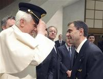 <p>Papa Benedetto XVI prova il cappello di un pilota in occasione di un'udienza in Vaticano in cui ha ricevuto personale di Alitalia e dell'Enac. REUTERS/Osservatore Romano</p>