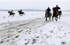 <p>Corsa di cavalli in foto d'archivio. REUTERS/Radu Sigheti</p>