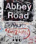 <p>Graffiti sul muro del palazzo adiacente agli Studios di Abbey Road, foto d'archivio. REUTERS/Jas Lehal</p>