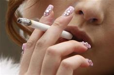 <p>Una donna fuma una sigaretta. REUTERS/Yuriko Nakao (JAPAN - Tags: SOCIETY)</p>