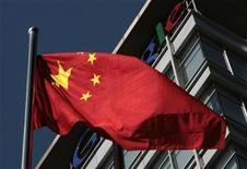 """<p>Imagen de archivo de la bandera nacional de China frente a la sede de Google en Pekín. Enero 15 2010. La afirmación de Google de que sus sistemas fueron atacados por piratas informáticos en China es """"infundada"""", dijo el martes Pekín, volviendo más severa su retórica en una disputa con Washington sobre la libertad de internet. REUTERS/Alfred Jin/archivo</p>"""
