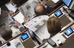 <p>Parlamentare legge giornale con, in prima pagina, un articolo su Eluana Englaro. Foto d'archivio. REUTERS/Alessandro Bianchi</p>