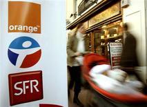 <p>Orange, SFR Vivendi et Bouygues Telecom ont conclu un accord-cadre de partage d'installations de réseau mobile de troisième génération (3G). /Photo d'archives/REUTERS/Eric Gaillard</p>