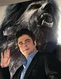 """<p>Актер Бенисио Дель Торо позирует для фотографов после пресс-конференции, посвященной фильму """"Человек-волк"""", в Мехико 8 февраля 2010 года. Иногда они возвращаются - Бенисио Дель Торо воскресил оборотня, снявшись в римейке культового голливудского фильма ужасов """"Человек-волк"""". REUTERS/Henry Romero</p>"""