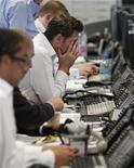 <p>Persone a lavoro in foto d'archivio. REUTERS/Stephen Hird</p>
