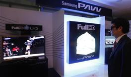 <p>Мужчина смотрит 3D-телевизор Samsung в Сеуле 25 февраля 2010 года. Южнокорейская Samsung Electronics Co Ltd выпустила на внутренний рынок 3D-телевизоры со светодиодной подсветкой, планируя захватить и удерживать лидерство в новом секторе. REUTERS/Lee Jae-Won</p>