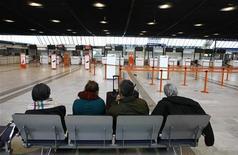 <p>Пассажиры ожидают вылета, после того как несколько рейсов были отменены из-за забастовки авиадиспетчеров в аэропорту Ниццы, Франция 13 января 2010 года. Полеты пассажирских самолетов над Францией третий день будут проходить с нарушениями графика, заявило французское управление гражданской авиации после провала переговоров между авиадиспетчерами и правительством страны. REUTERS/Eric Gaillard</p>