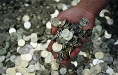 <p>Только что отчеканенные монеты номиналом в 50 болгарских стотинок в Национальном монетном дворе в Софии 13 мая 2009 года. Чиновники болгарской налоговой службы сильно удивились, выяснив в ходе расследования, что более 400 их коллег воздержались от уплаты налогов. REUTERS/Oleg Popov</p>