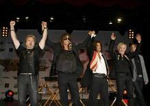 """<p>Foto de archivo de los miembros del grupo Aerosmith durante la presentación del juego """"Guitar Hero: Aerosmith"""" en Nueva York, jun 27 2008. Los integrantes de Aerosmith, claramente reconciliados tras una riña que debilitó a la veterana banda de rock, dijeron el jueves que se presentarán en Europa durante el verano boreal por primera vez en tres años. REUTERS/Lucas Jackson</p>"""
