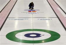 <p>Рабочий готовит дорожку для керлинга на Олимпиаде-2010 в Ванкувере 9 февраля 2010 года. REUTERS/Todd Korol</p>