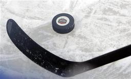 """<p>Игрок """"Филадельфии"""" с шайбой на тренировке в """"Фенуэй-парке"""" в Бостоне, штат Массачусетс, 31 декабря 2009 года. Игроки Национальной хоккейной лиги (НХД) должны принять участие в зимних Олимпийских играх в Сочи в 2014 году, так как это станет лучшим способом популяризации хоккея, сказал глава Международного олимпийского комитета Жак Рогге. REUTERS/Brian Snyder</p>"""