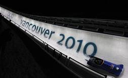 <p>Немецкий экипаж бобслеистов на трассе в Ванкувере 20 февраля 2010 года. REUTERS/Jim Young</p>