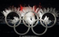 <p>Сноубордист прыгает сквозь олимпийские кольца на церемонии открытия Игр в Ванкувере 12 февраля 2010 года. REUTERS/Mike Blake</p>