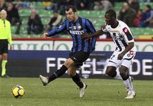 <p>L'interista Goran Pandev contrastato da Zapato dell'Udinese, Udine, 28 febbraio 2010. REUTERS/Daniel Raunig</p>